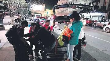 Jóvenes regalan ropa a niños trabajadores