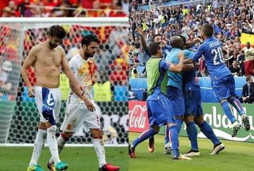 Italia apaga al campeón España y se cita con Alemania