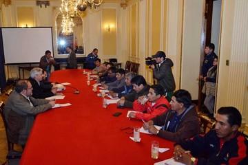 Gobierno y COB seguirán dialogando hoy en La Paz