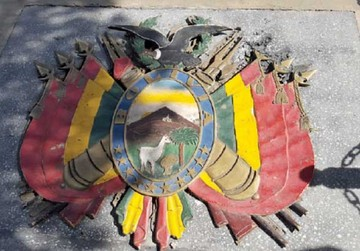 Arrancan escudo nacional ubicado en la plaza
