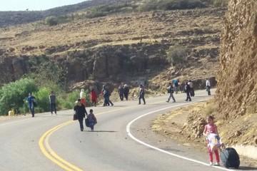 Transportistas también bloquean con ramas y piedras en ruta al aeropuerto