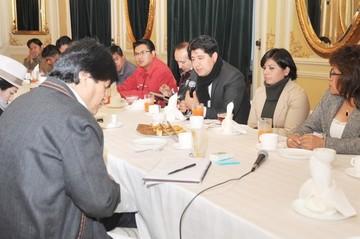 Morales y periodistas pactan una coordinación más fluida de información y capacitación