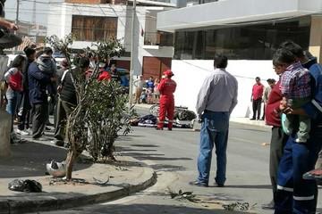 Taxista choca y mata a un joven, el conductor se fugó y lo buscan