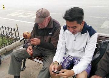 Adulto invita a la práctica de los juegos tradicionales