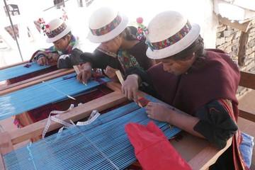 Niños indígenas en vías de lograr oficio artesanal
