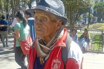 Zenón, de 115 años, aún tiene fuerza para festejar