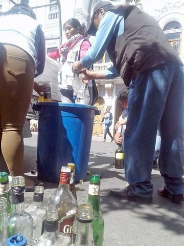 Desechan bebidas alcohólicas en la plaza 25 de Mayo