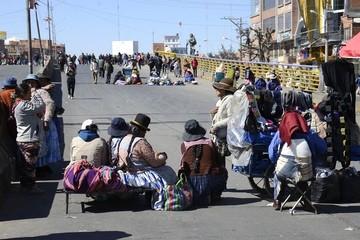 Suspenden salida de buses desde La Paz y El Alto por bloqueo de vecinos