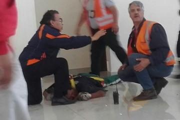 Albañil sufre varias lesiones tras caer desde el entretecho del aeropuerto Alcantarí