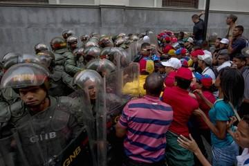 Venezuela sube a una mesa que se tambalea
