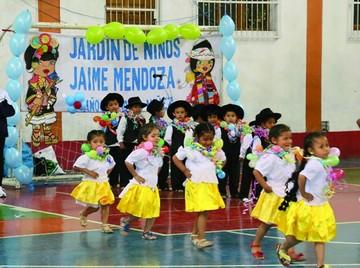 Niños en festival bailan danzas típicas de Chuquisaca