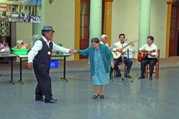 Adultos mayores dieron lección en bailes típicos