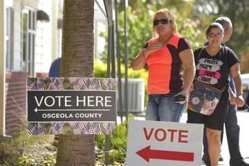Más de la mitad de votantes en estado clave de Florida votaron con antelación