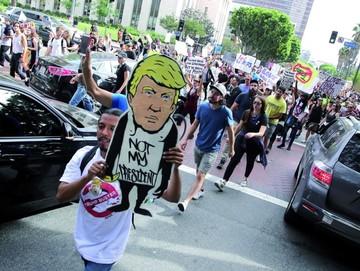 Protestas siguen en EEUU y Trump inicia contactos