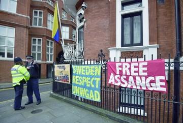 Interrogan a Assange en embajada de Ecuador