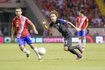 Costa Rica golea y lidera