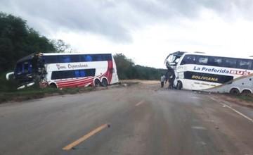 Colisión frontal de dos flotas deja una persona muerta y 19 heridos en Camiri