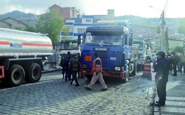 Golpes y bloqueos marcan lucha por el agua en La Paz