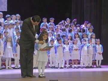 Niños reciben certificados de promoción