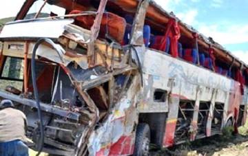 Reportan 13 fallecidos en embarrancamiento de flota que viajaba de Iquique a Cochabamba