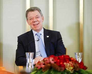 """Santos dice que el Premio Nobel vino  """"caído del cielo"""""""