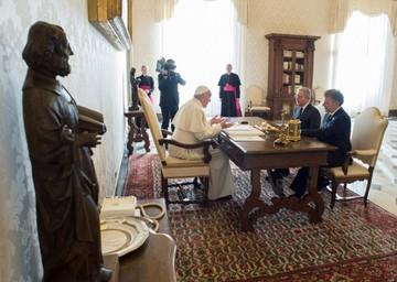 Santos y Uribe se reúnen con mediación del Papa