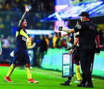 Boca golea y queda en suspenso por Tevez
