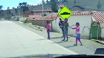 Niños esperan juguetes en la carretera