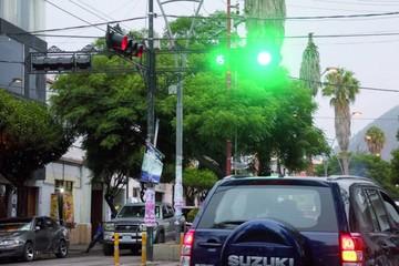 En varias calles del centro cambiaron 64 semáforos