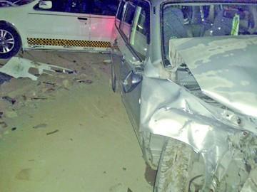 Una grúa llega a Emergencias con dos coches y dos heridos