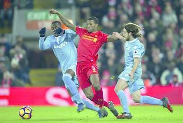 Liverpool golea y escala