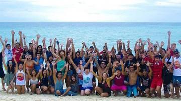 Un jefe llevó a sus cien empleados de vacaciones