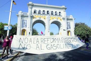 Mexicanos protestan por subida de los carburantes