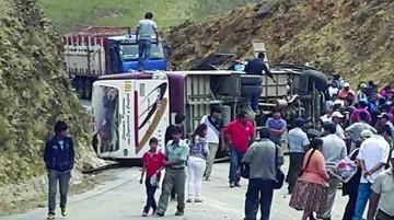 Vuelco de bus deja 13 heridos en viaje a Ivirgarzama