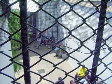 Reclaman regreso  de tres internos con una manifestación