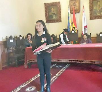 Gimnasta recibe distinción por su medalla en los Pluris