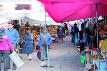 Historias con aroma a fruta en los puestos de mercados de Sucre