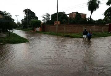 Santa Cruz amanece con una torrencial lluvia que causa estragos en varios sectores