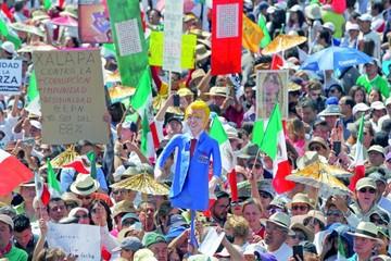 "México exige ""respeto"" a Trump en gran marcha"