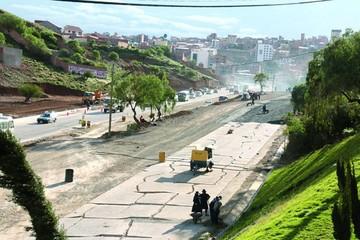 Alcaldía recibe avenida inconclusa con protestas
