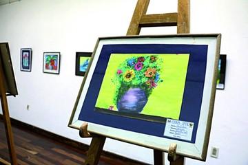 Exponen pinturas de manos infantiles