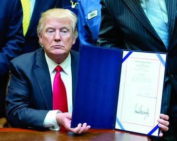 Trump retira decreto migratorio y alista otro