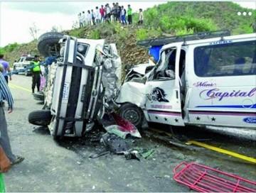 Mueren cinco personas en colisión de dos minibuses