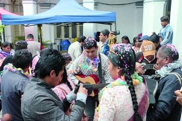Jueves de Comadres eleva el entusiasmo carnavalero