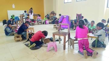 Niños del colegio Sinaí pasan clases en el suelo