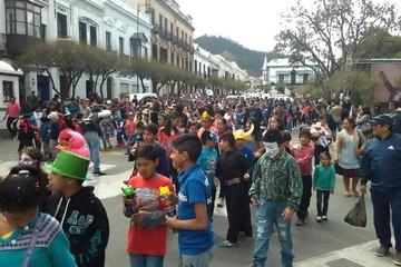 Carnaval: La alegría se desborda en Sucre con el festejo de Jueves de Comadres