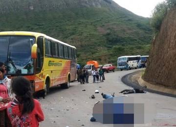 Dos personas mueren tras colisión entre una motocicleta y un autobús