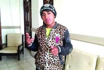 """El autor de """"No te ralles"""" rompe en llanto por ataques y advierte con irse de Bolivia"""