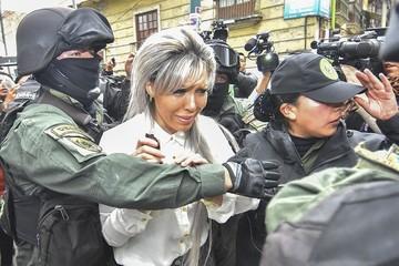 Zapata es insultada por un grupo de personas tras suspensión de juicio