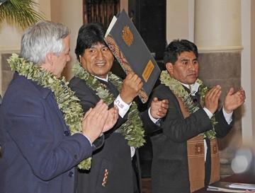 Gobierno promulga ley de coca y anuncia norma para impuesto